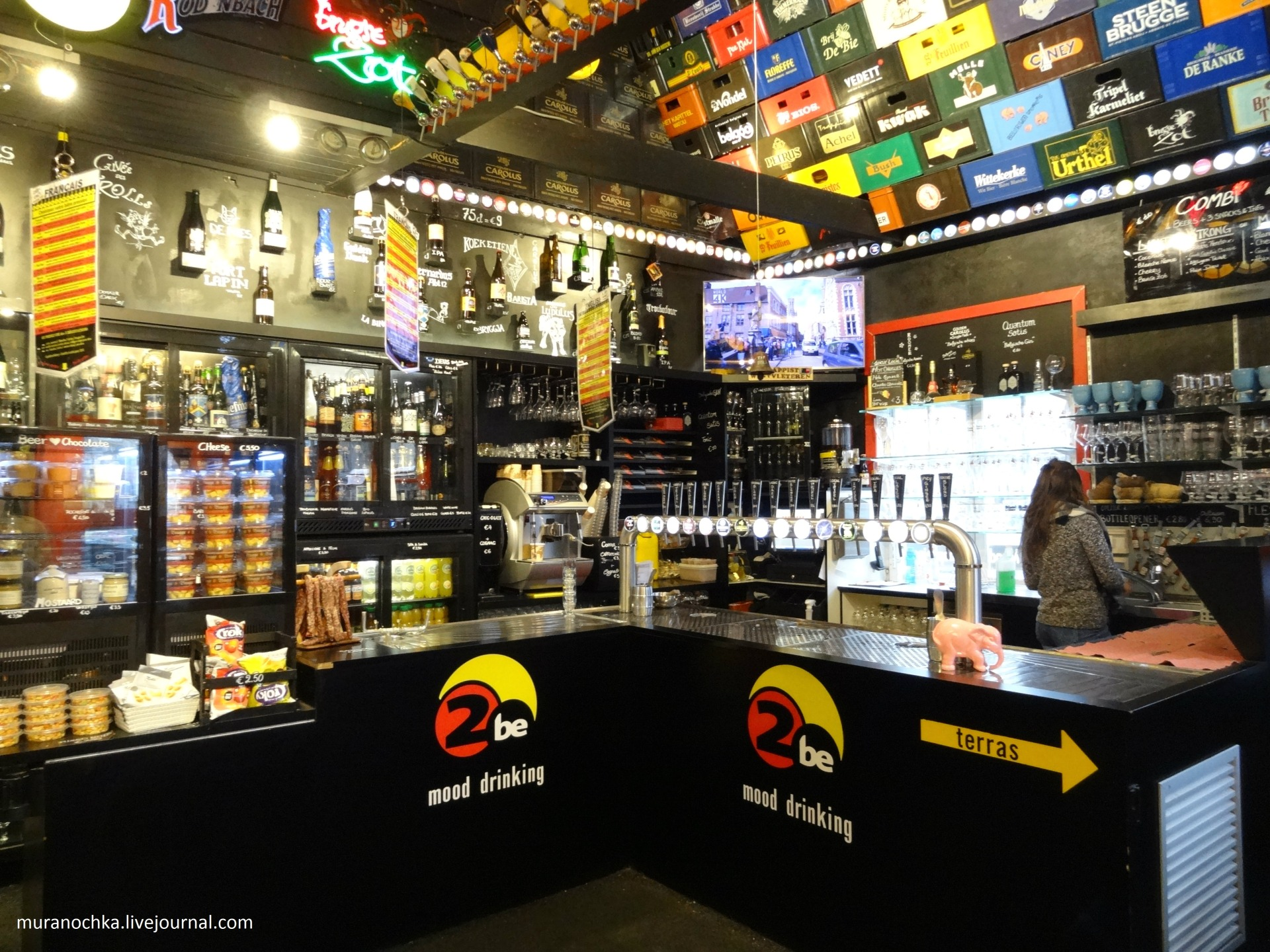 Популярный в Брюгге (Бельгия) бар The Beer Wall
